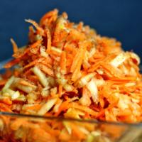 Einfacher Karottensalat mit Apfel – vegan, gesund & lecker!