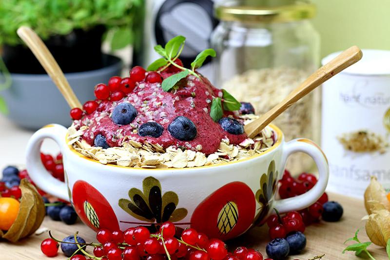 Leckeres veganes Beeren Eis aus nur 3 Zutaten – gesund & zuckerfrei
