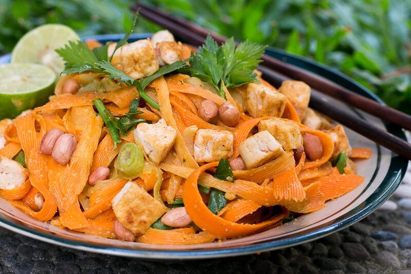 Köstliche Gemüse Pasta mit Erdnussdressing - vegan & glutenfrei!