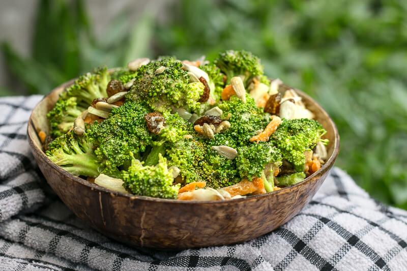 Köstlicher Brokkolisalat mit Sesamdressing - vegan & lecker!
