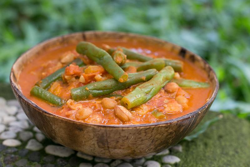Cremiges veganes Bohnencurry mit Erdnüssen - einfach & lecker