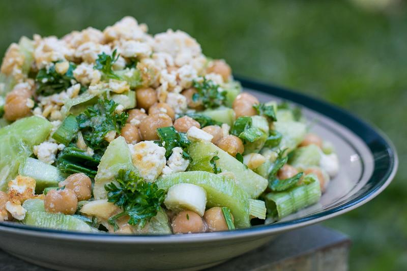Veganes Gurkensalat Rezept mit Kichererbsen und Sesamdressing