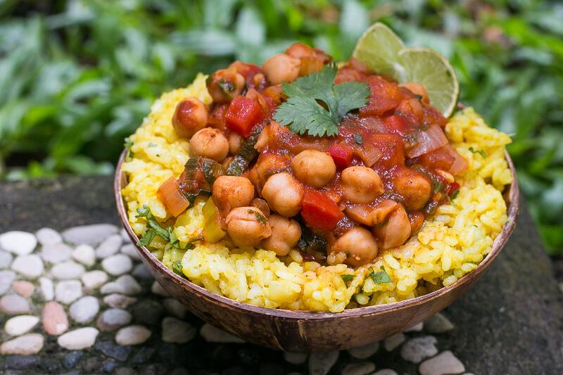 Veganer Kichererbseneintopf mit gelbem Reis - einfach, lecker & gesund
