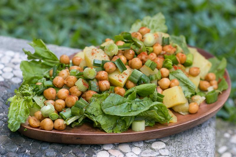 Veganer Kichererbsensalat mit Rucola und Süßkartoffeln