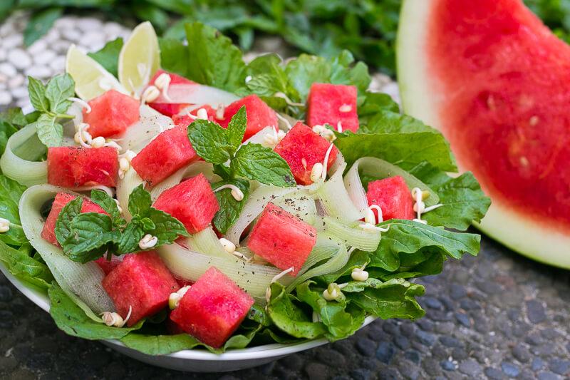 Köstlicher veganer Wassermelonensalat mit Rucola und Limettendressing