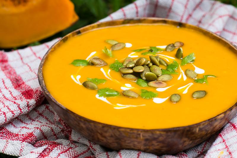 Vegane Kürbissuppe mit Kokosmilch - einfach, gesund & lecker