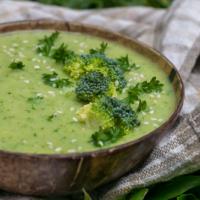 Cremige vegane Brokkolisuppe mit weißen Bohnen - einfach & gesund!