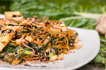 Veganes Mangold Rezept mit Reisnudeln & Erdnüssen - einfach, lecker & gesund