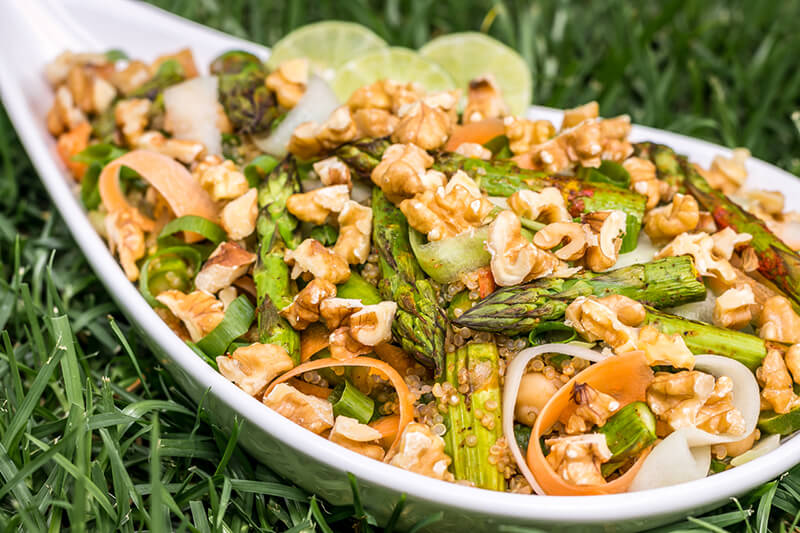 Einfacher veganer Spargelsalat mit Walnüssen - lecker & vollwertig