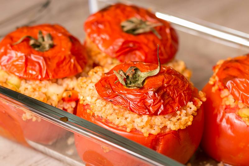 Gefüllte Tomaten aus dem Ofen mit Hirse – lecker, vegan & glutenfrei!