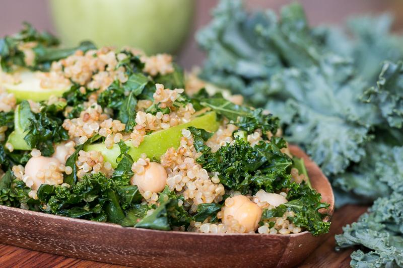 Veganer Quinoa Salat mit Grünkohl und cremigem Sesamdressing