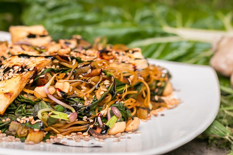 Vegane Mangold Pfanne mit Reisnudeln & Erdnüssen