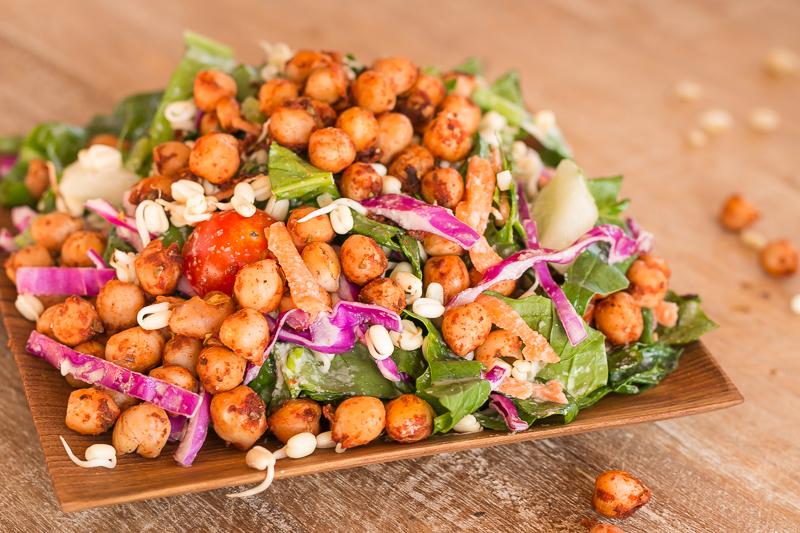Köstliches veganes Salat Rezept mit gerösteten Kichererbsen