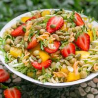 Schneller veganer Nudelsalat mit Erdbeeren und Erbsen
