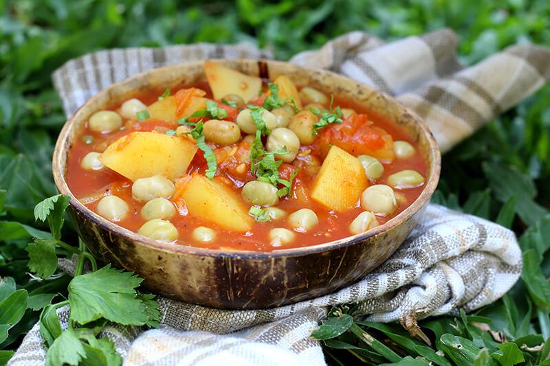 Veganes indisches Curry mit Kartoffeln und Erbsen (Aloo Matar)