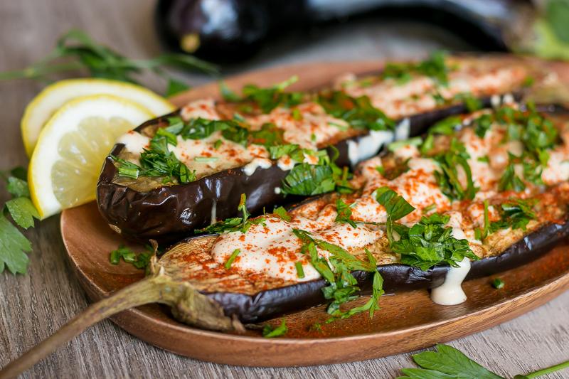Gebackene Aubergine mit cremiger Sesamsoße – einfach, vegan & lecker
