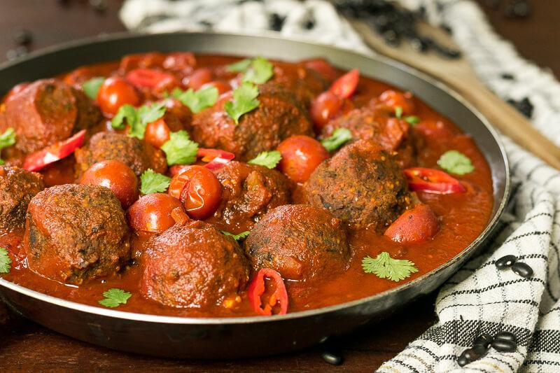 Leckere vegane Fleischbällchen Alternative (aus schwarzen Bohnen) in Tomatensoße