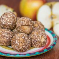Zuckerfreie Apfel Energy Balls mit nur 4 Zutaten (vegan & ohne Nüsse)