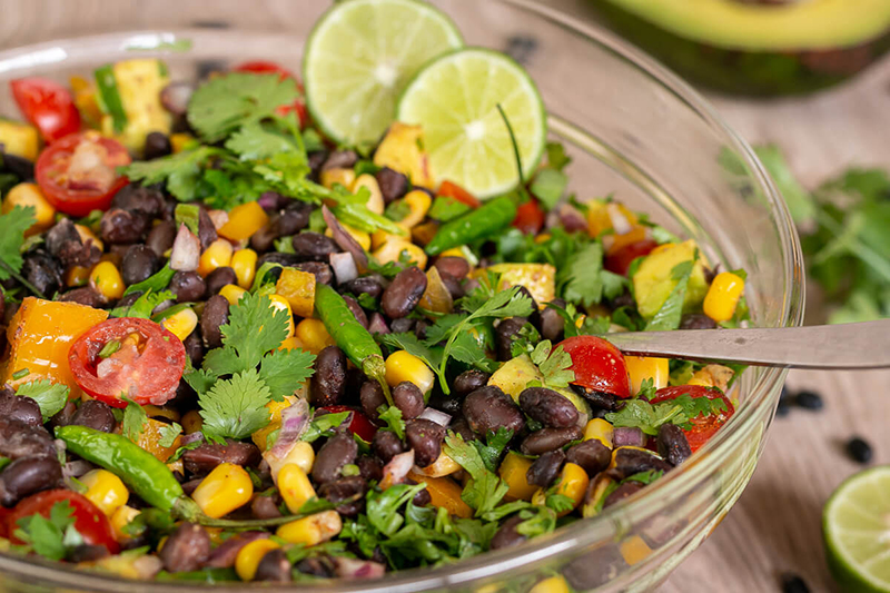 Leckerer Mexikanischer Salat mit schwarzen Bohnen – vegan & glutenfrei!