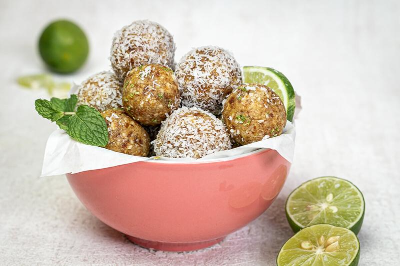 Leckere & gesunde Energiebällchen mit Limette und Kokos - nur 5 Zutaten